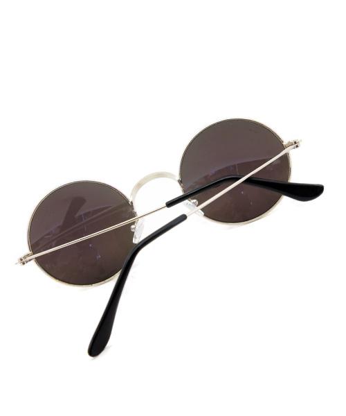 Retro mirrored blue round sunglasses.