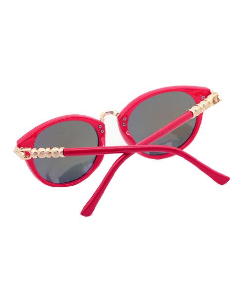 Mirrored cat-eye sunglasses for women.